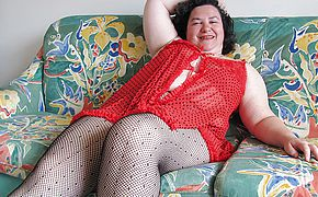 <b>Chubby</b> mama playing with a dildo on the couch