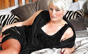 Horny mature Davina loves to get wet by herself