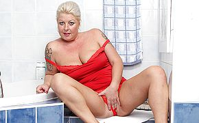 <b>Chubby</b> blonde mature nymho playing in the bathroom