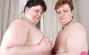 These big mature lesbians love to eat pussy