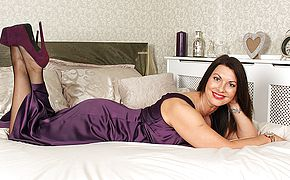 British <b>MILF</b> playing with herself in bed