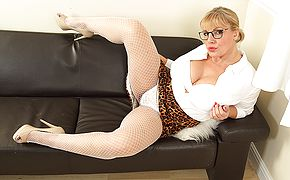 Hot curvy housewife playing with herslef