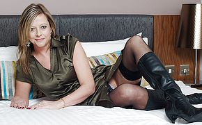 British <b>housewife</b> enjoys playing with herself
