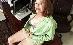 <b>Hairy</b> American mature lady playing with herself