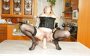 Kinky mama getting fisted by a hot babe
