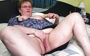 This big <b>housewife</b> playing on her bed