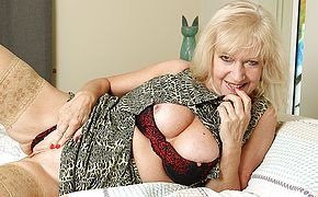 Classy mature <b>lady</b> playing with herself in bed