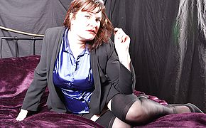 Curvy mature <b>lady</b> loves to play with herself