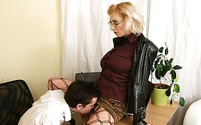 Naughty mom seducing a horny <b>toy boy</b>